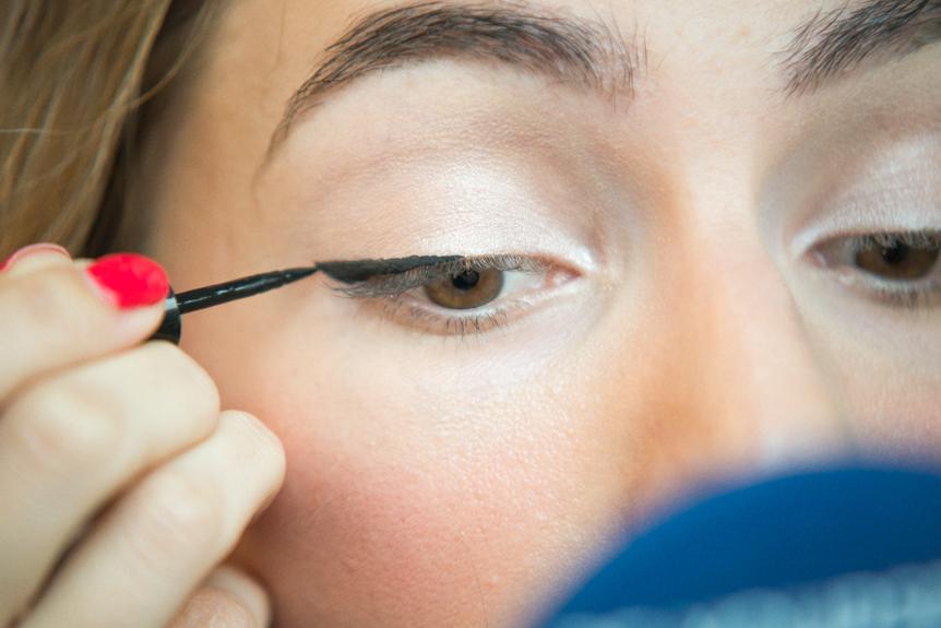 comment tracer un trait d 39 eyeliner eleusis megara. Black Bedroom Furniture Sets. Home Design Ideas